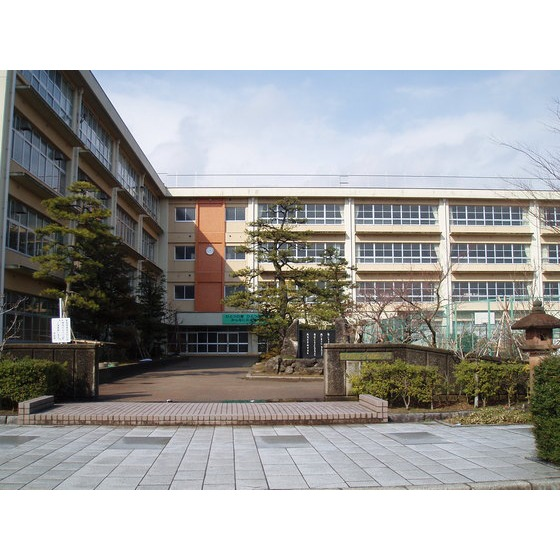高岡市立芳野中学校(729m)