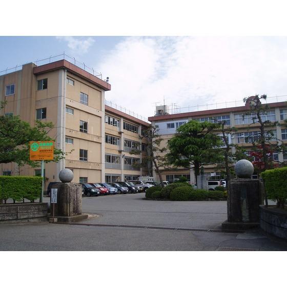 高岡市立高岡西部中学校(640m)