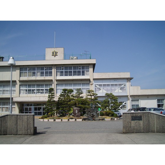 高岡市立木津小学校(1,075m)