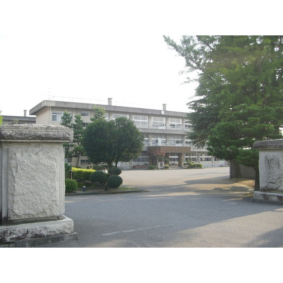富山市立西部中学校(425m)