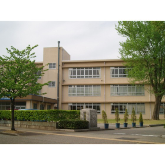 高岡市立志貴野中学校(657m)