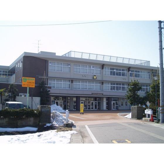 高岡市立戸出西部小学校(864m)
