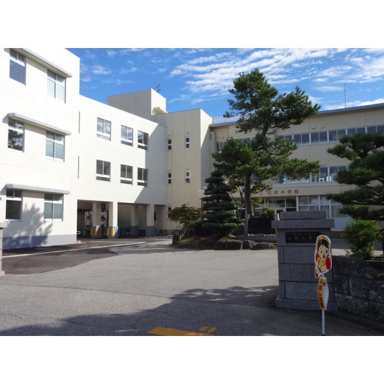 高岡市立牧野小学校(621m)