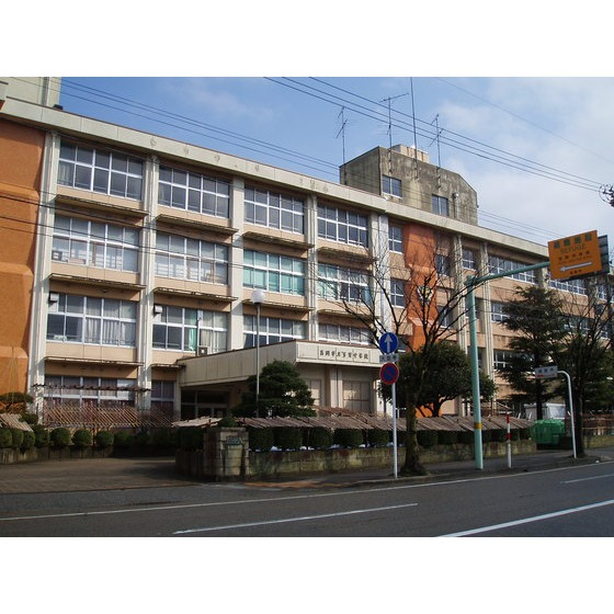 高岡市立芳野中学校(830m)