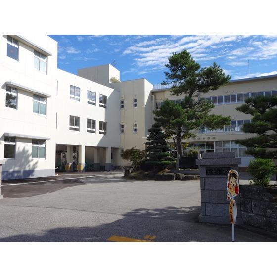 高岡市立牧野小学校(615m)