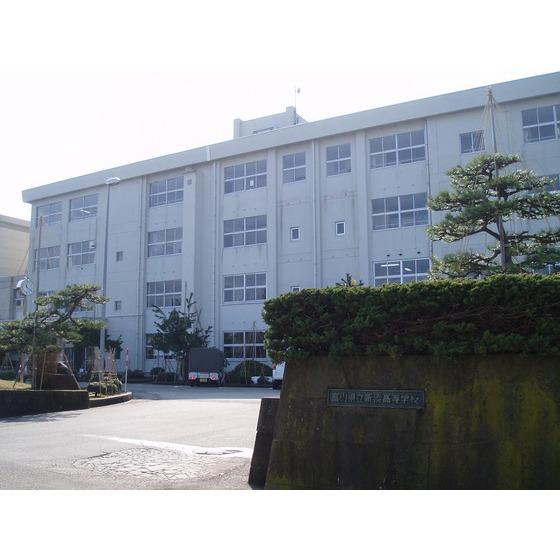富山県立新湊高校(661m)