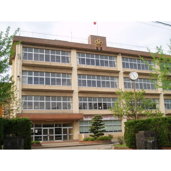 高岡市立高陵中学校(744m)